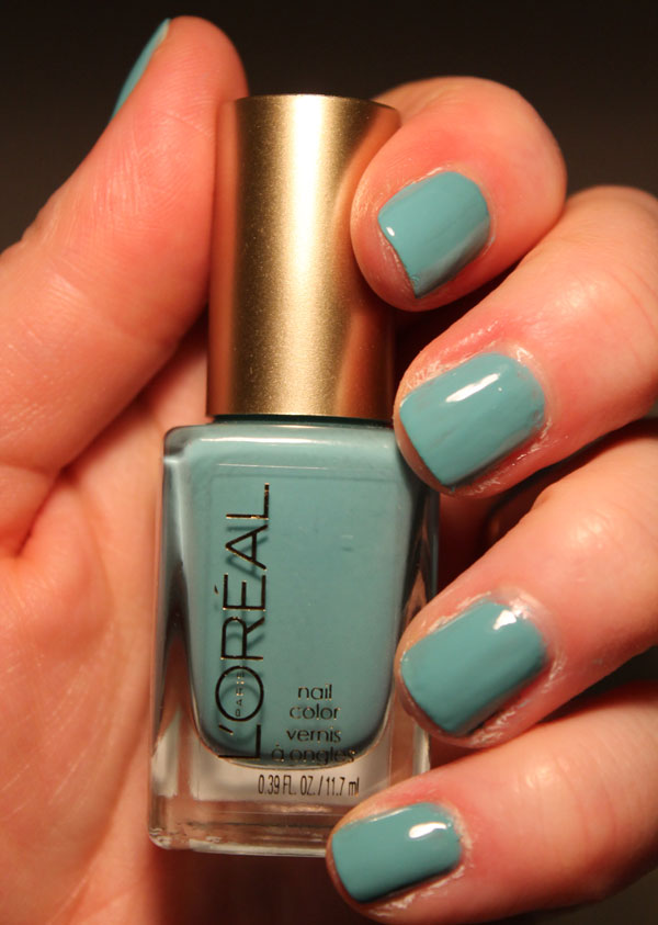 My nails are looking pretty with L'Oreal's not a cloud in sight nail polish.