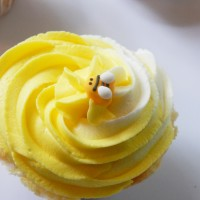 Summer Entertaining: Almond Swirl Frosting Bumblebee Cupcakes
